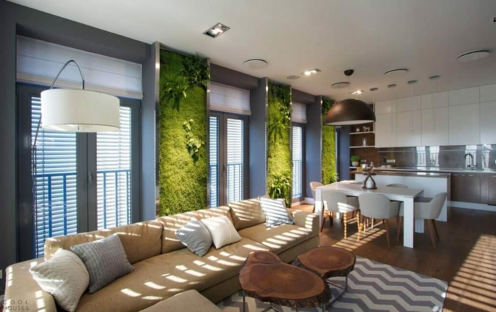 aménager et decorer son salo moderne, murs végétaux, sofa beige, table tronc, table blanches avec des chaises design scandinave
