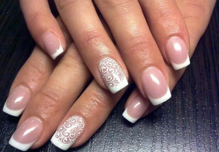 manucure avec des filigranes blanches, bot des ongles blanc, vernis rose pale