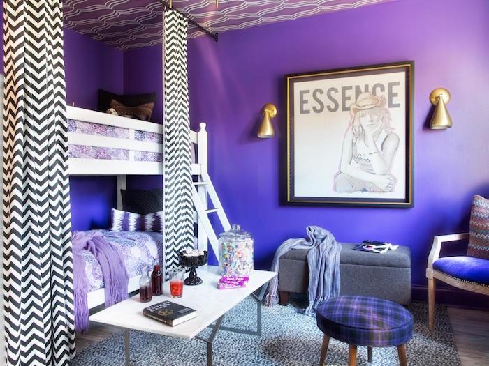 chambre filles avec lit superposés et peinture murale violet indigo et tapis gris