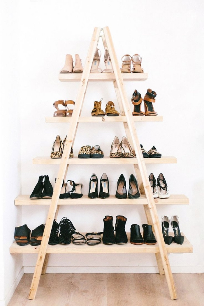 une etagere chaussure modèle escabeau en bois nature facile à fabriquer soi-même qui fait aussi un joli accent déco bohème chic