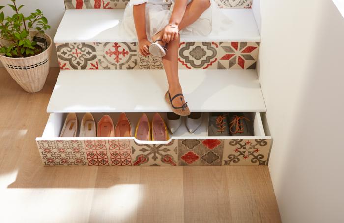 des tiroirs sous escalier fonctionnels et malins à motif carreaux de ciment pour ranger ses chaussures, idee rangement chaussure sous escalier