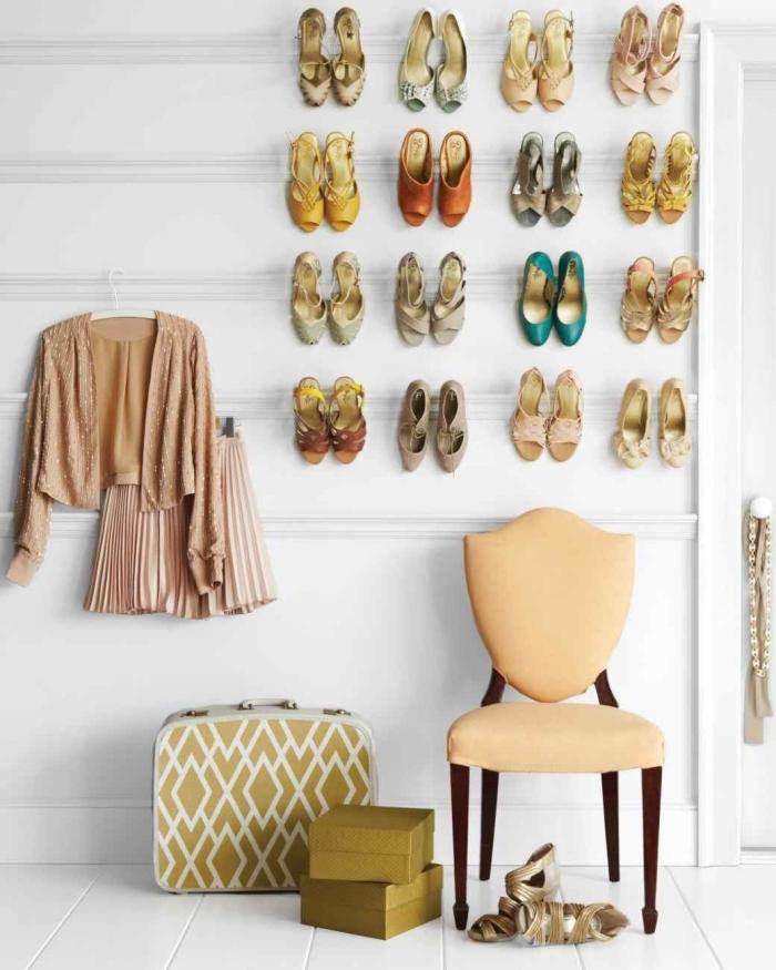 un rangement chaussures pas cher et très malin qui utilise l'espace vertical, des moulures détournées en étagères à talons murales