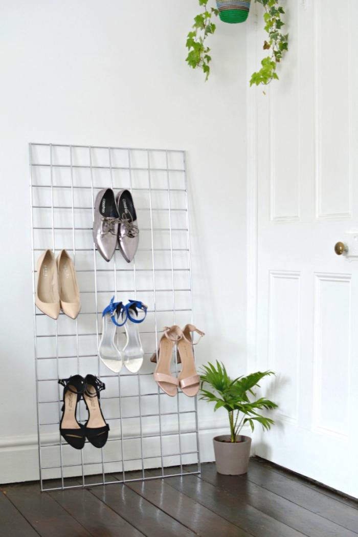astuce rangement chaussures minimaliste, une grille métallique tendance pour suspendre des talons