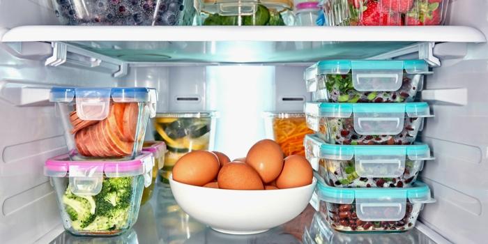 rangement placard, amenagement placard cuisine, amenagement frigo, boites en plastique avec des couvercles colorés, une coupe blanche avec des oeufs