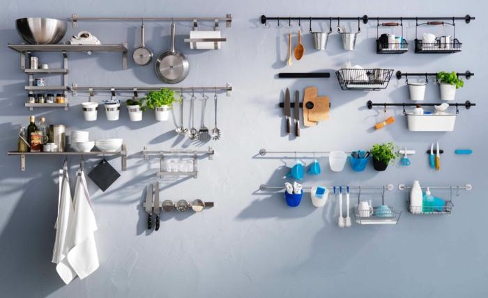 amenagement de placard, rangement placard cuisine, idée rangement cuisine, étagères métalliques pour suspendre les ustensiles et les torchons