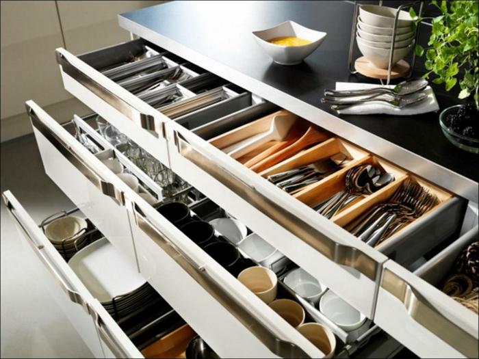 rangement placard, idée rangement cuisine, couteaux, cuillères, fourchettes, tasses, plats bien rangés dans un meuble a multiples tiroirs