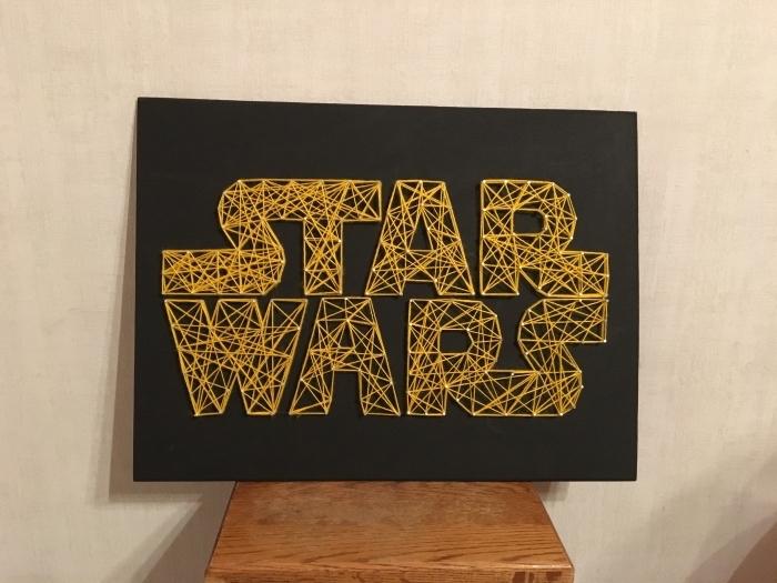 comment faire un objet DIY sur le thème de Star Wars, tableau noir avec lettres Star Wars en fil jaune et clous