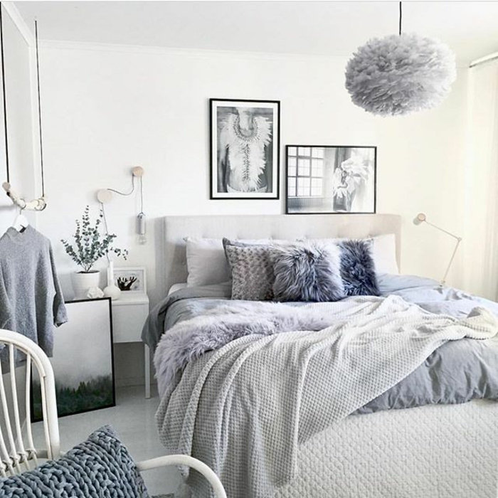 chambre adulte moderne, lit gris, chaise blanche, plafonnier gris, tableaux peintures monochromes, coussins déco