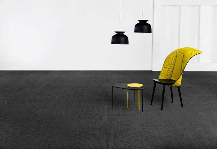 design minimaliste avec éclairage lampes suspendues en noir mate et une chaise noir et jaune, couleur qui se marie avec le gris