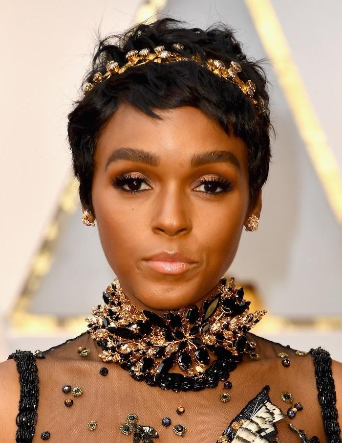 coiffure pour cheveux court femme afro, cheveux noirs parés d une serre tête dorée, robe noire à pierres noires et or