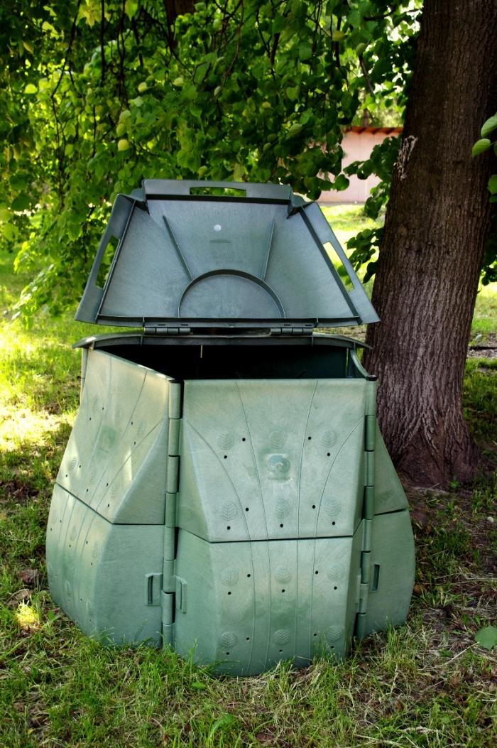 exemple de grand composteur vert avec couvercle et trous à installer dans le jardin pour faire un engrais naturel