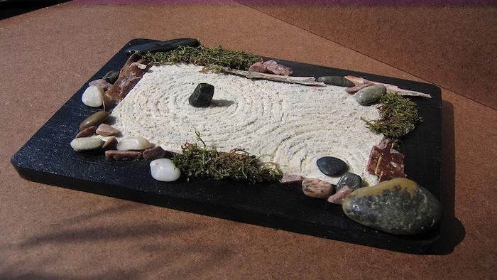 petite maquette de jardin déco japonais plat rectangle avec sable blanc et pierres