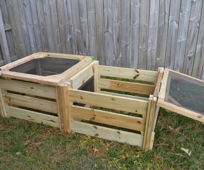 modèle de composteur de bois bas construit en deux sections avec séparation de bois et grillage, exemple de compostage de jardin