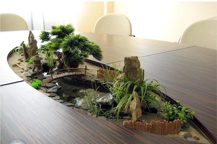 modèle de jardin japonais miniature incrusté dans un bureau comme déco zen intérieur