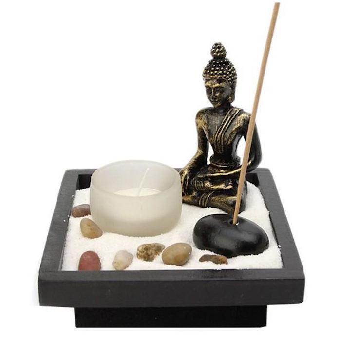 petit jardin déco avec bouddha bougie porte encens et sable blanc
