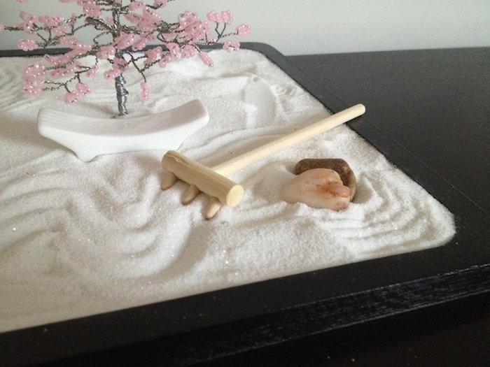 objet déco japonais type jardin miniature relaxant avec sable blanc et mini rateau en bois