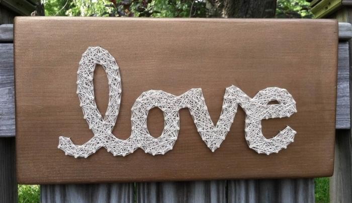 fils tendus modèles gratuits pour faire un objet décoratif facile avec planche de bois et fil blanc qui forme un mot inspirant