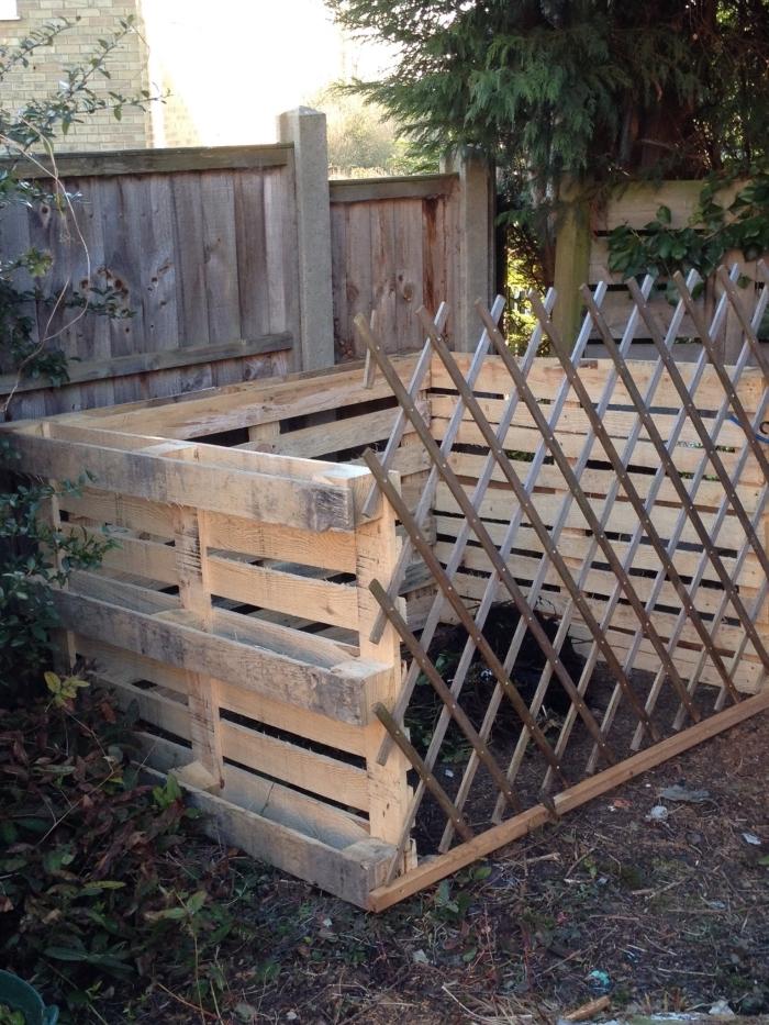 exemple comment fabriquer un composteur de jardin en utilisant planches de bois, modèle de composteur avec clôture en bois