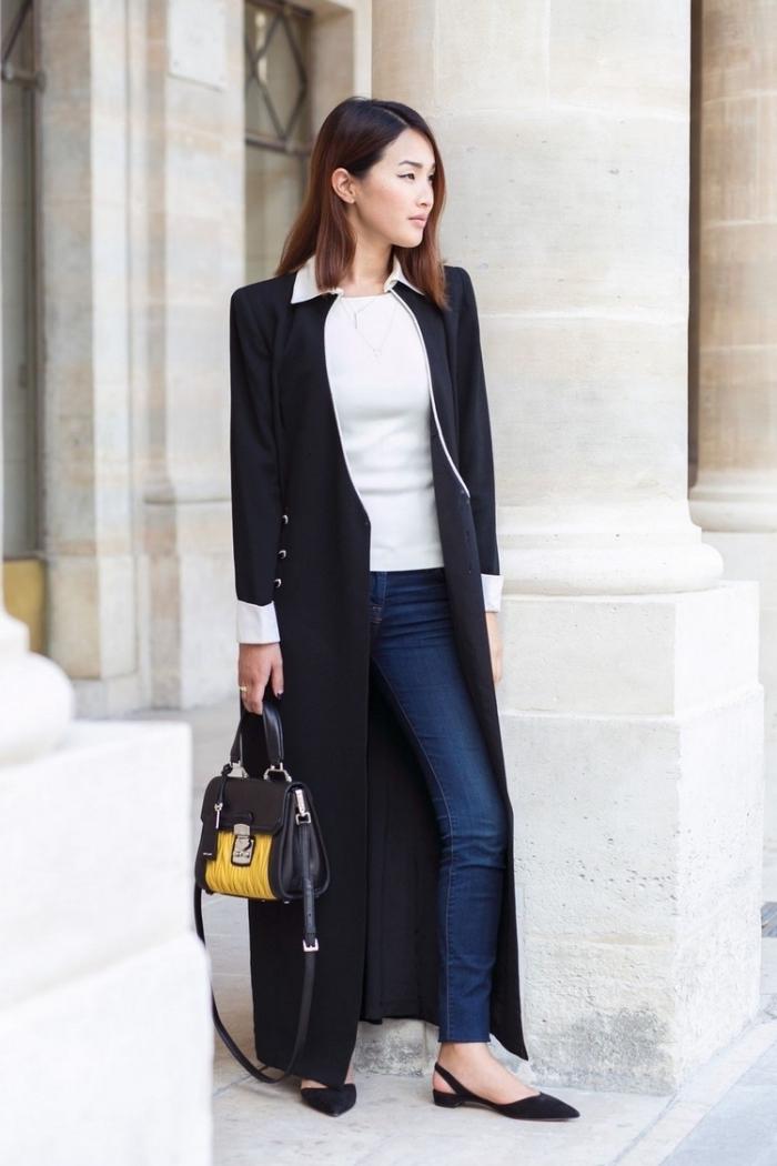 idée comment porter les jeans dans un look business casual avec top blanc et manteau long à design blanc et noir