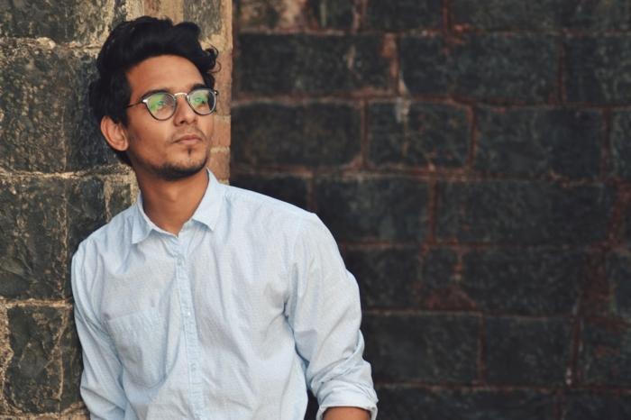 monture lunette homme chic, jeune homme en chemise blanche légèrement déboutonnée, allure cool, grosse lunette de vue 2018