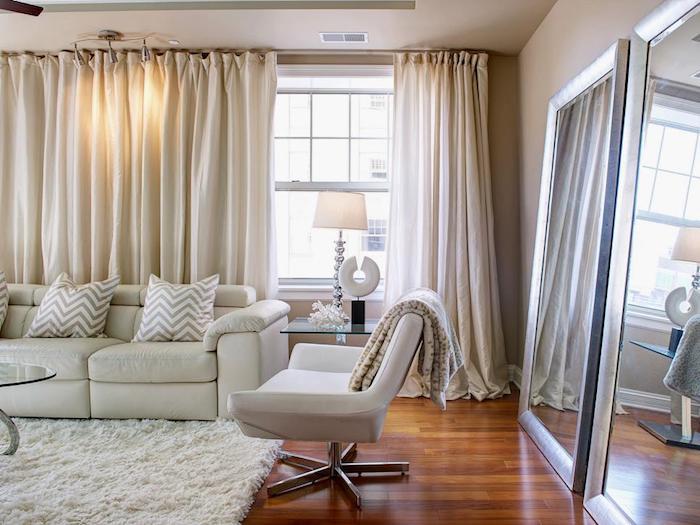 Idée déco appartement aménagement petit studio comment amenager son appartement salon canapé blanc tapis rideaux