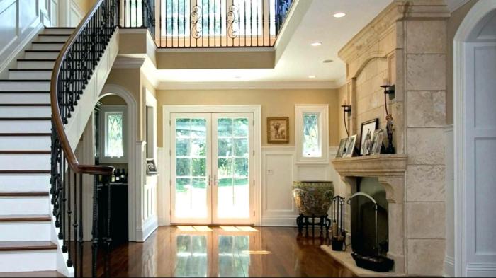 maison moderne, escalier tournant, cheminée avec parement pierre, grand vase ancien