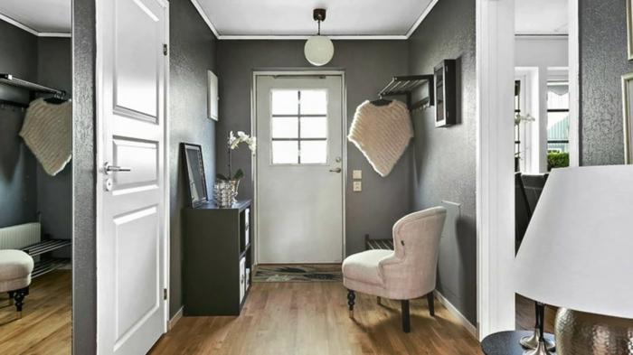 décoration entrée appartement ou maison, sol en bois, chaise blanche, console noire, grand miroir mural