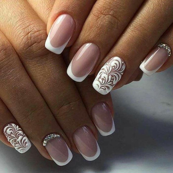ongles roses vernis pale et romantique en rose et blanc manière française