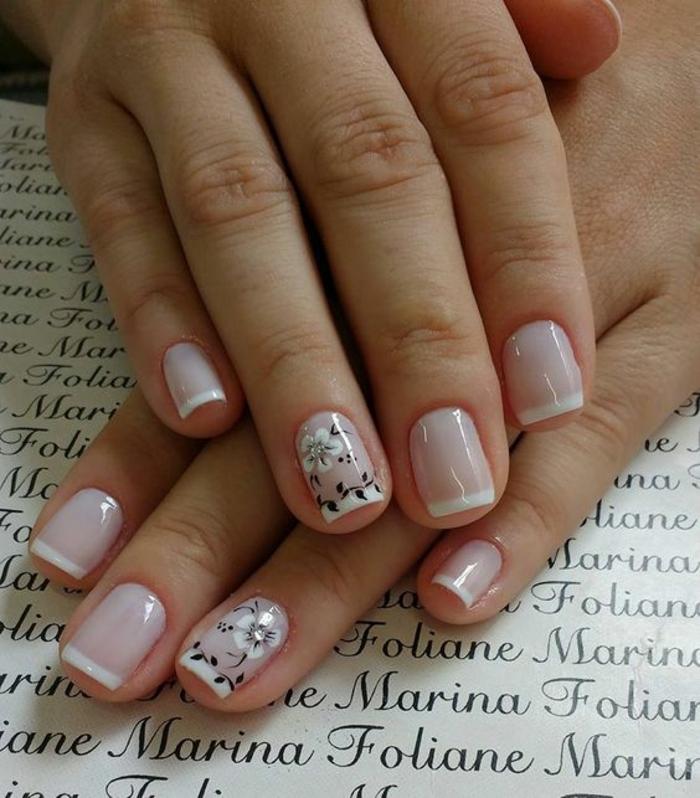 manucure française sur ongles courts, dessins floraux en noir et blanc, joli nail art de mariage