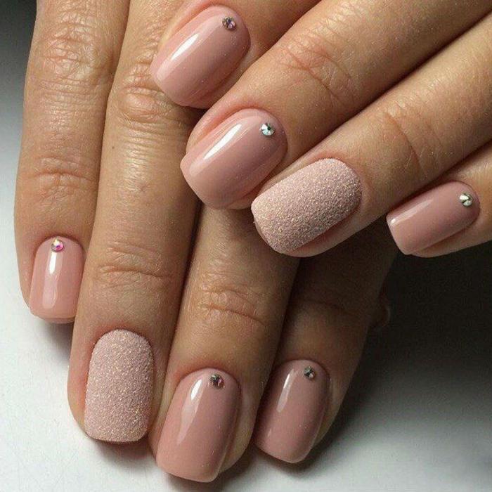 ongles roses, ongle avec un look vernis sablé, strass brillant pour décoration du vernis