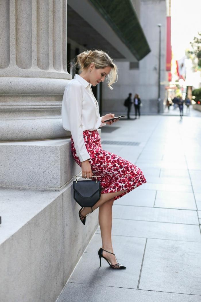 modèle de vêtement de travail professionnel, jupe longueur genoux rouge et blanc combinée avec chemise et coiffure en cheveux attachés