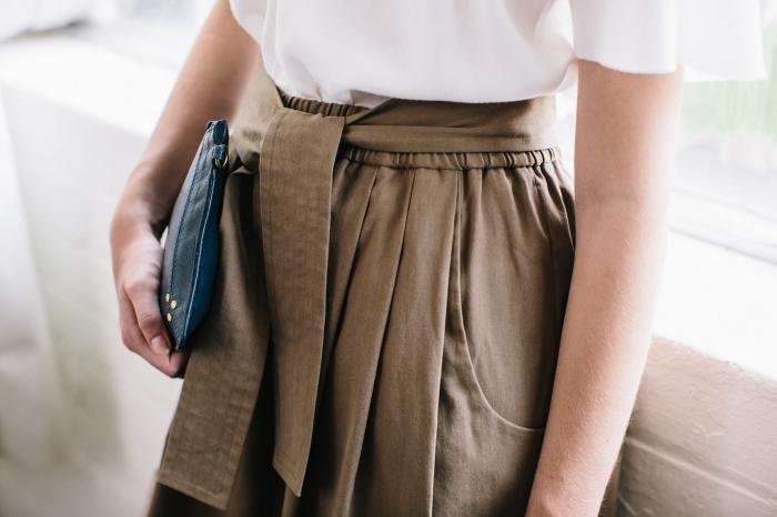 idée comment assortir ses vêtements pour s'habiller en style casual smart en jupe beige kaki et top blanc sans manches