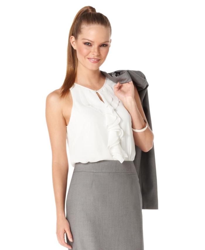 vêtements appropriés aux couleurs neutres comme exemple tenue entretien femme, jupe grise combinée avec top blanc
