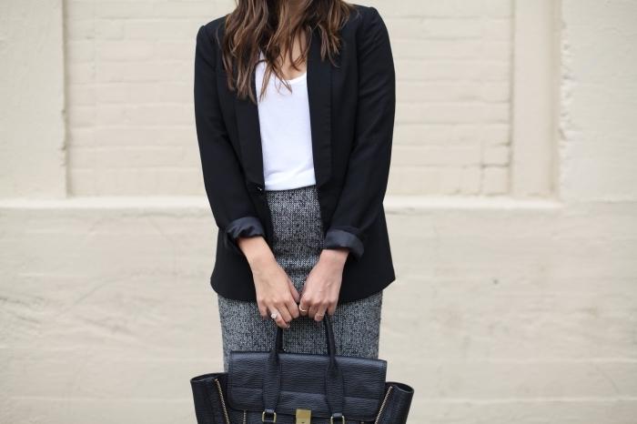 modèle de look professionnel et élégant en jupe à taille haute grise combiné avec top blanc et blazer noir
