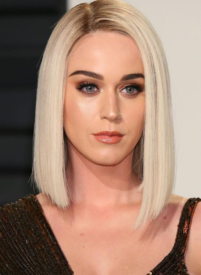 katy perry avec une coupe carré long et lisse sur cheveux avec coloration blond platine, maquillage glamour femme