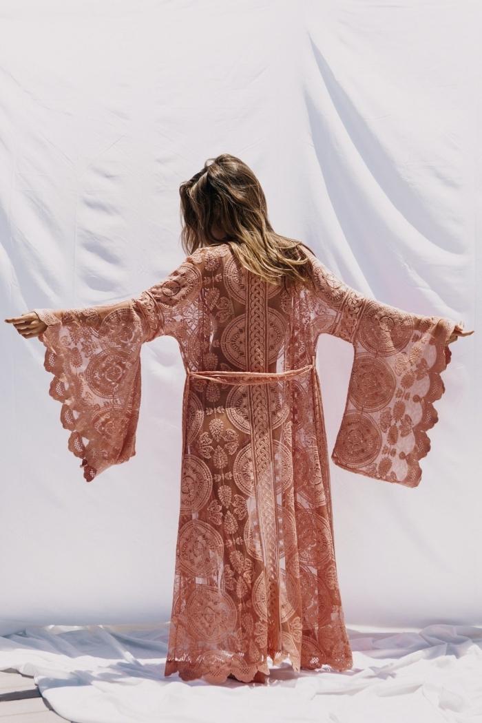 look boho chic avec kimono fluide femme à broderie florale de couleur beige, mode d'été pour femme hippie