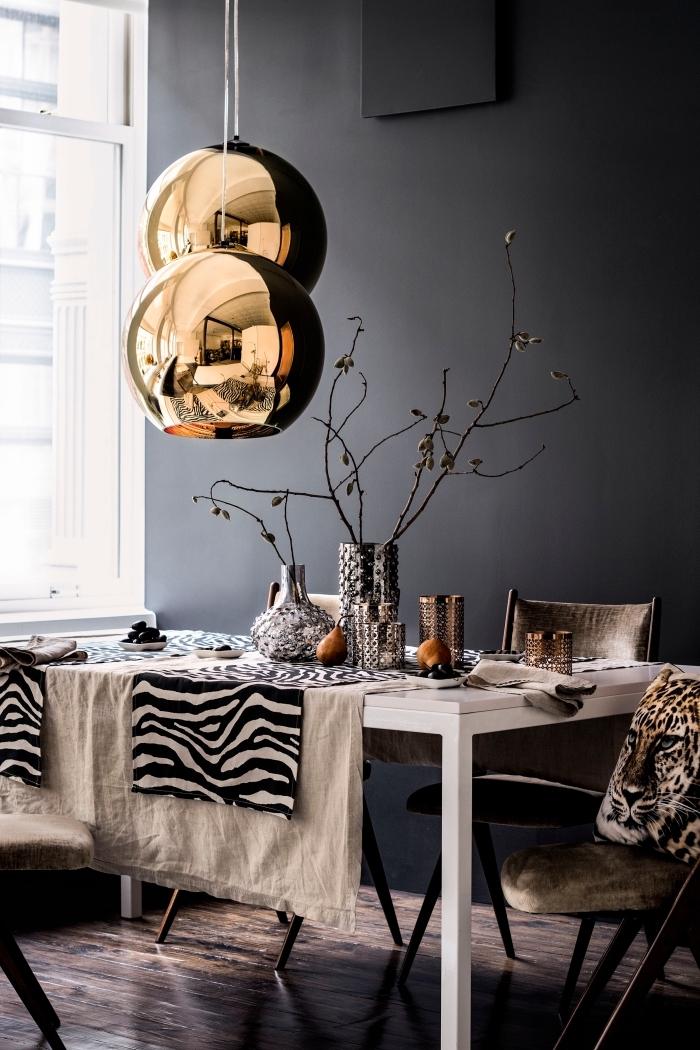 aménagement de salle à manger avec grande fenêtre blanche et murs anthracite, modèle de lampe moderne en cuivre