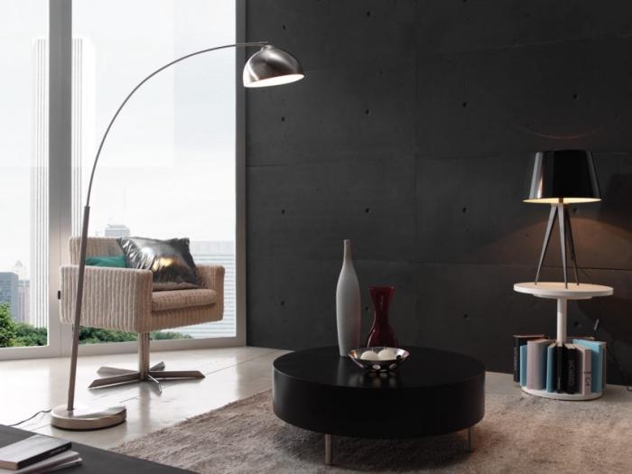 coin de repos dans un salon aux murs anthracite avec un fauteuil beige devant grande fenêtre et petite table basse noire
