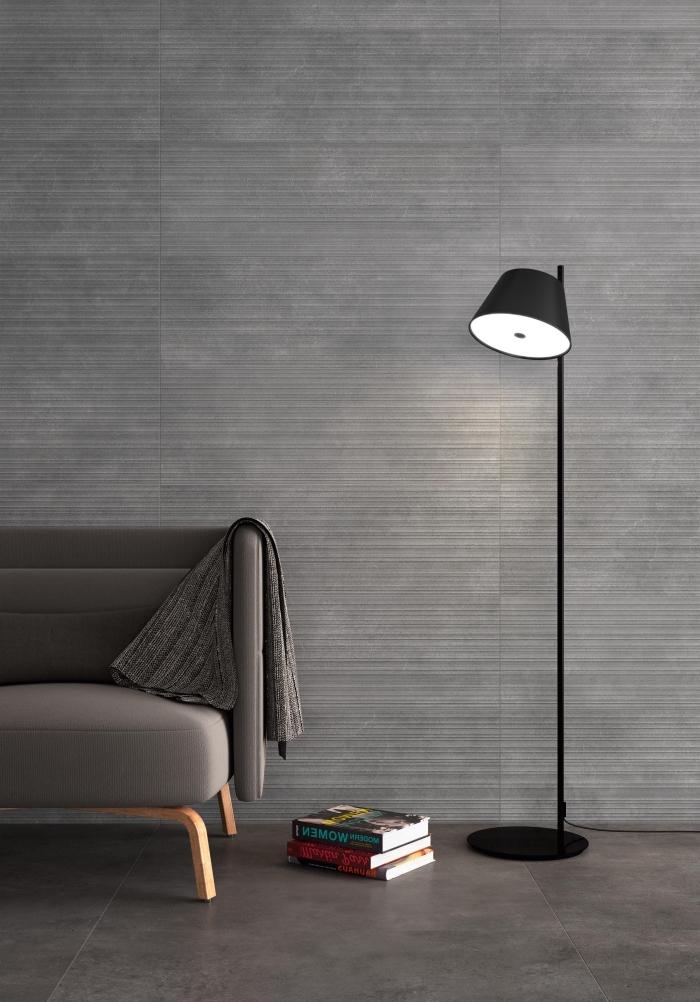 choix d'accessoires et objets pour décor salon stylé dans l'esprit minimaliste avec une lampe sur pied en noir mate