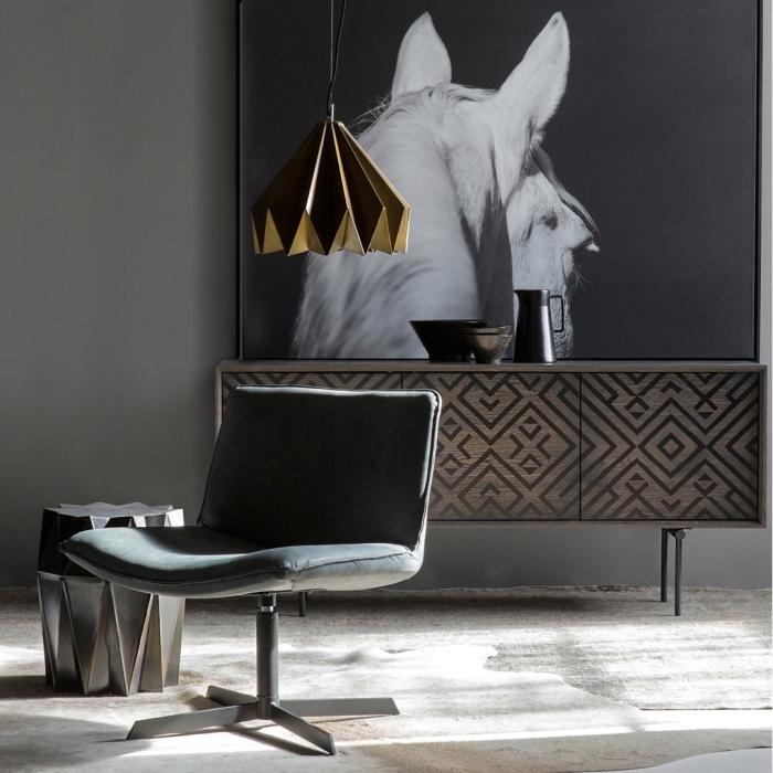 décoration intérieure salon aux murs gris foncé avec photo blanc et noir à design cheval, aménagement avec accessoires moderne lampe et tabouret à design géométrique