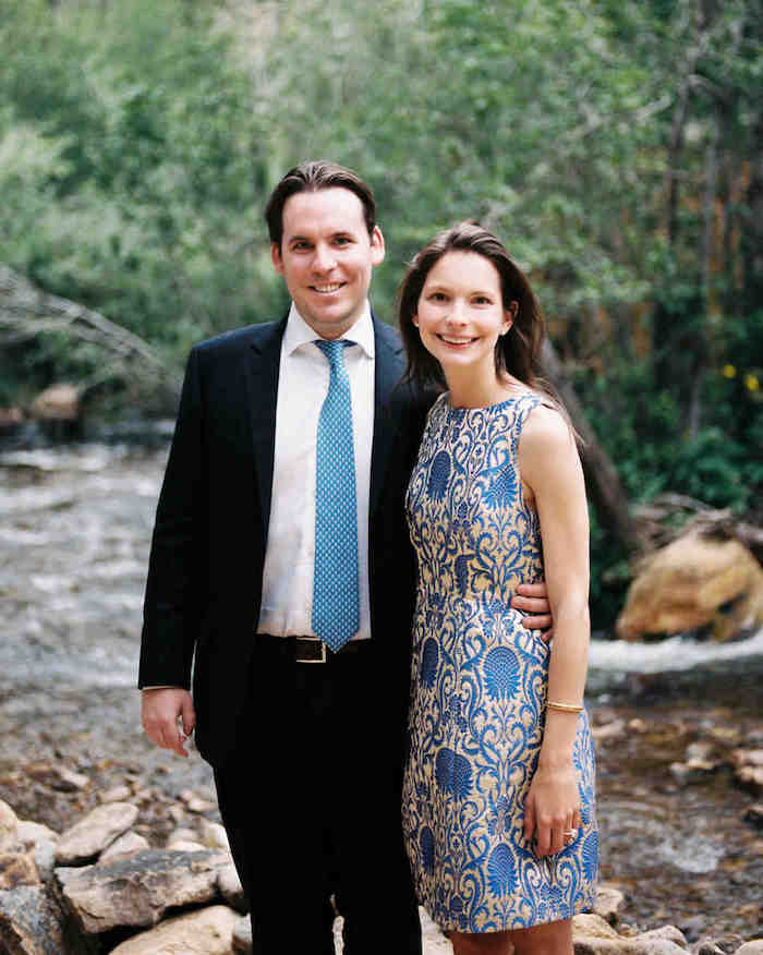 Superbe robe chic pour mariage cool idée tenue mariage simple robe courte bleu et dorée couple mignonne