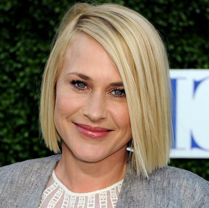 Patricia Arquette avec une coupe cheveux carré plongeant, cheveux lissés blonds