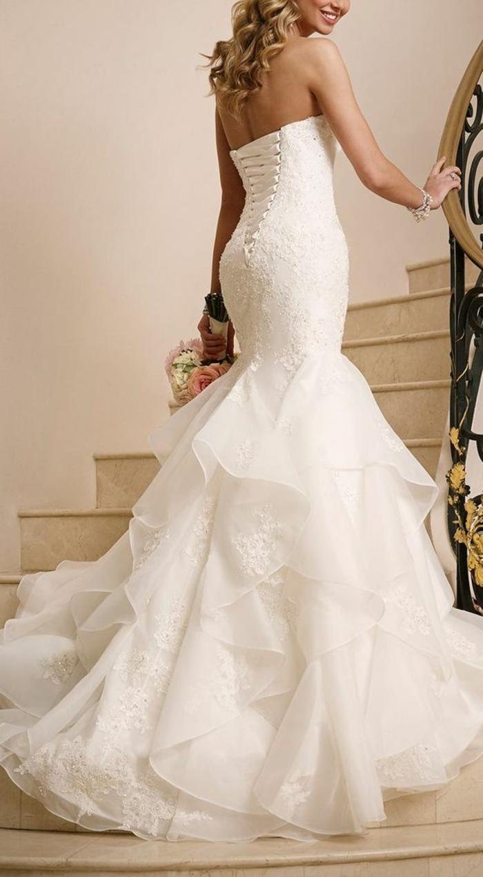 robe de mariée bustier, éléments en dentelle gros volants, bustier corsage avec des lacets en soie blanche, épaules nues, silhouette sculptée type sirène