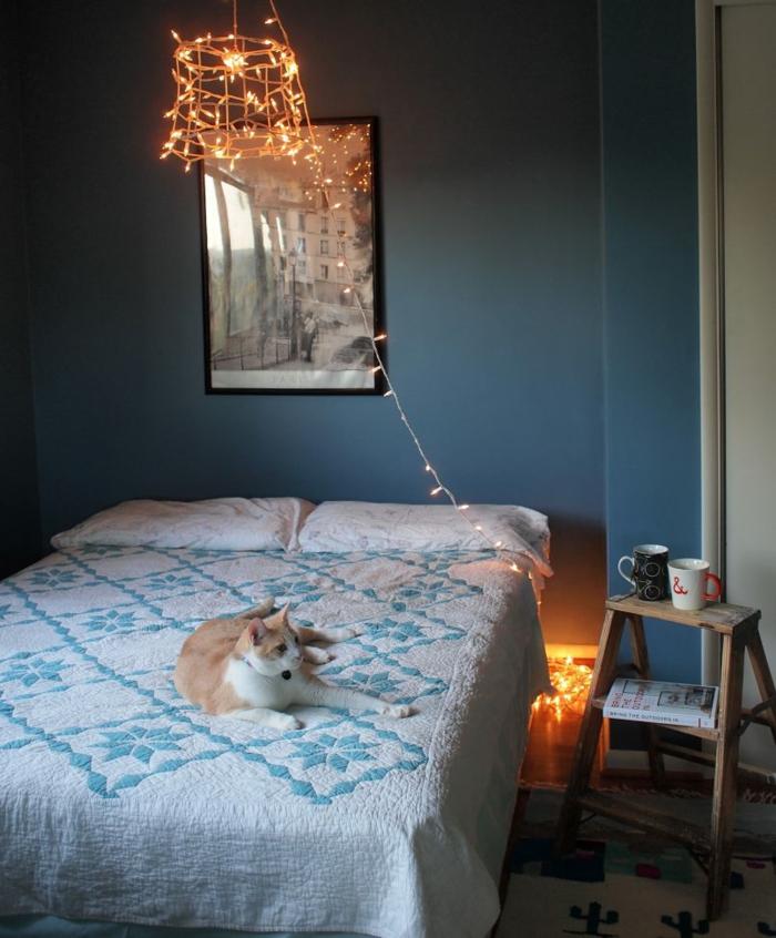 peinture chambre fille, deco de chambre fille ado, ikea chambre fille, ambiance romantique et douce, un chaton couché sur le lit de jeune fille, luminaire en métal enveloppé de guirlande lumineuse