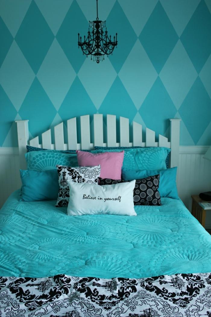 chambre fille ado avec des murs en vert et turquoise, peinture chambre fille, luminaire noir en style baroque, couverture de lit en turquoise et en blanc et noir, tete de lit en bois peint en vert pistache