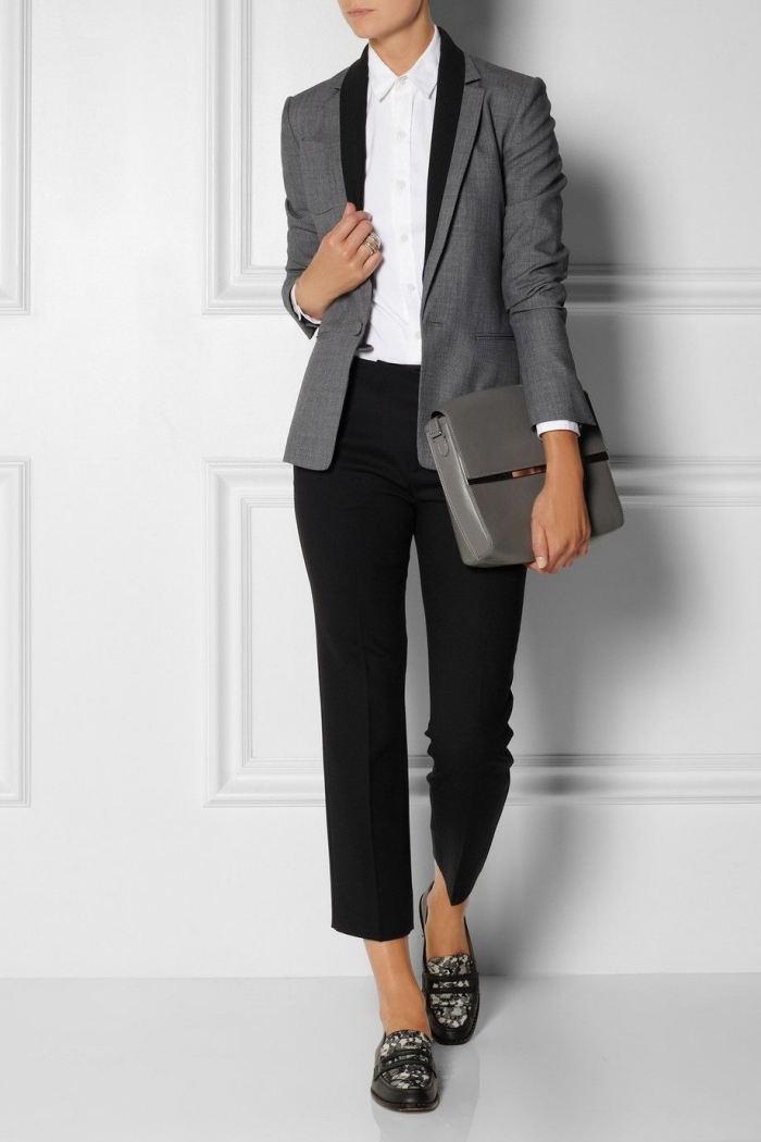 vision élégante et professionnelle pour femme en pantalon noir combiné avec blazer gris et chemise blanche