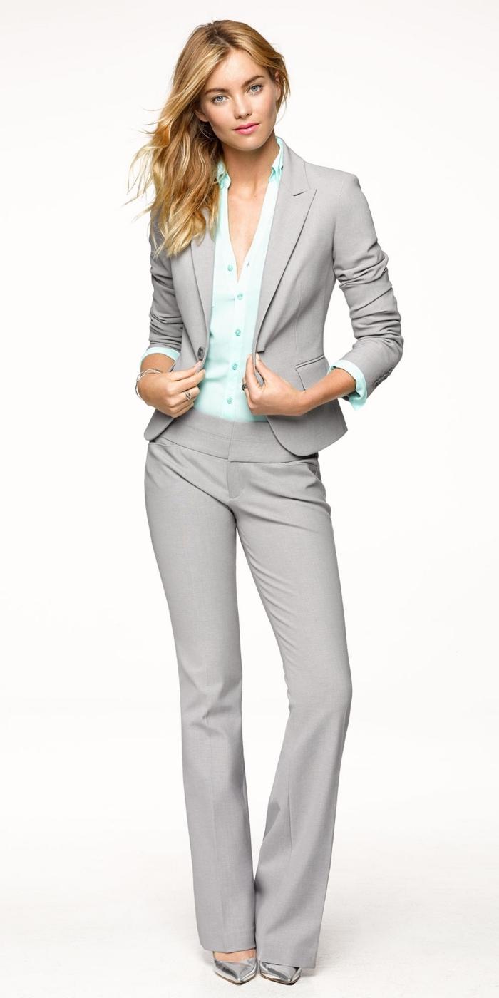 joli modèle de tailleur femme chic de couleur grise combiné avec chemise boutonnée en nuance vert pastel
