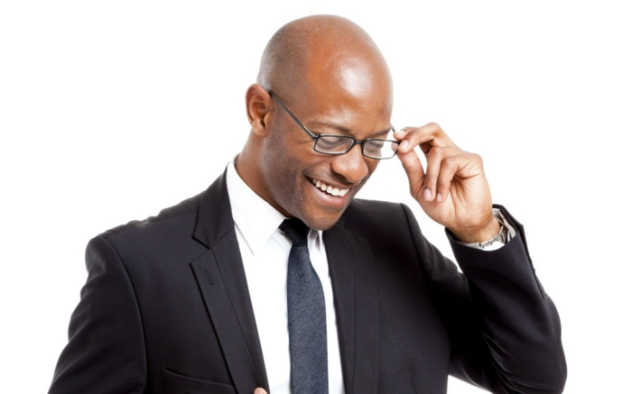 monture de lunette, lunette tendance, lunettes de vue homme tendance, look professionnel homme avec costume en bleu marine, chemise blanche et cravate bleu marine