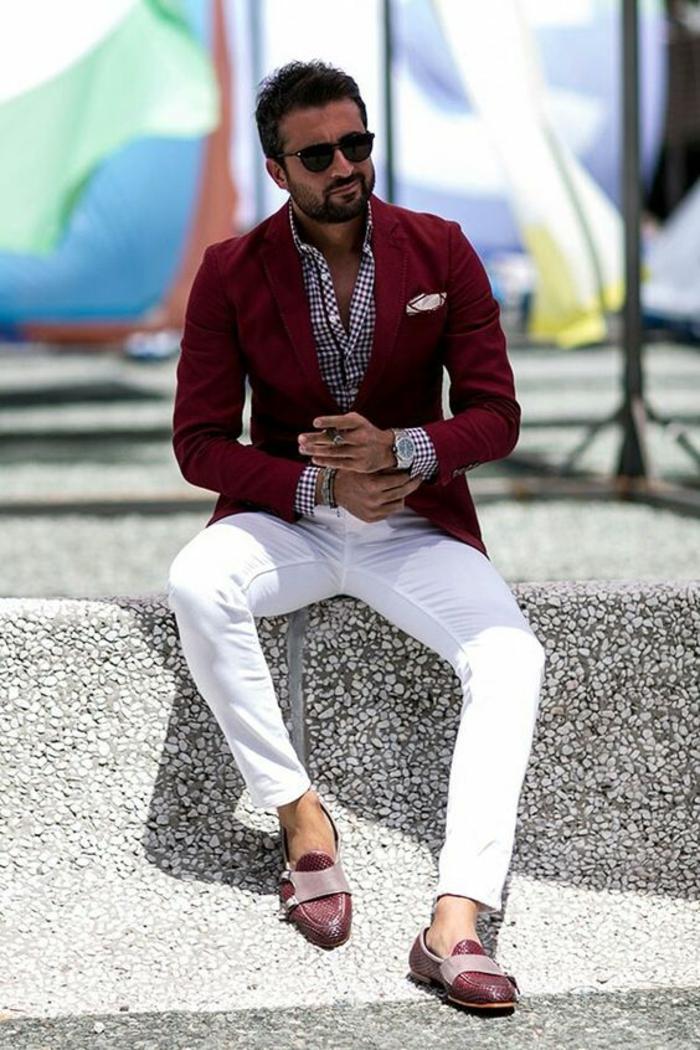 vêtement homme classe, veste couleur vermeil avec mouchoir de pochette en soie en rouge et blanc, pantalon blanc, mocassins rouges, chemise a carreaux rouges et blancs