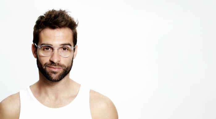 lunette homme, lunettes de vue homme tendance, grosse lunette de vue, lunette transparente homme, lunette hipster, beau mec au sourire craquant avec débardeur blanc